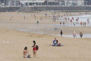 El Ayuntamiento de Gijón contrata a una empresa de inserción para acomodar a los bañistas de las playas